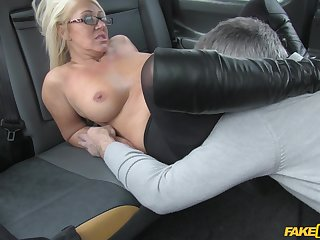 Horny taxi driver gives the blonde floosie an offer she can't refuse